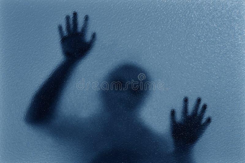 silhueta da rendição 3D de um homem que inclina-se contra um vidro ilustração stock