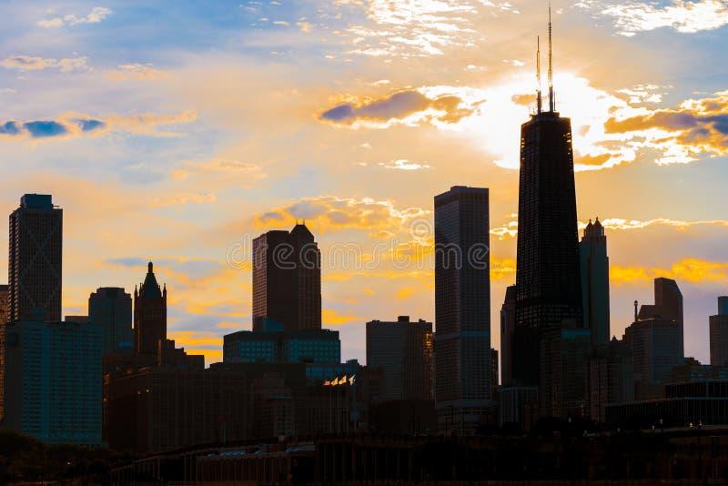 Silhueta da skyline de Chicago vista do cais com a laranja a imagem de stock
