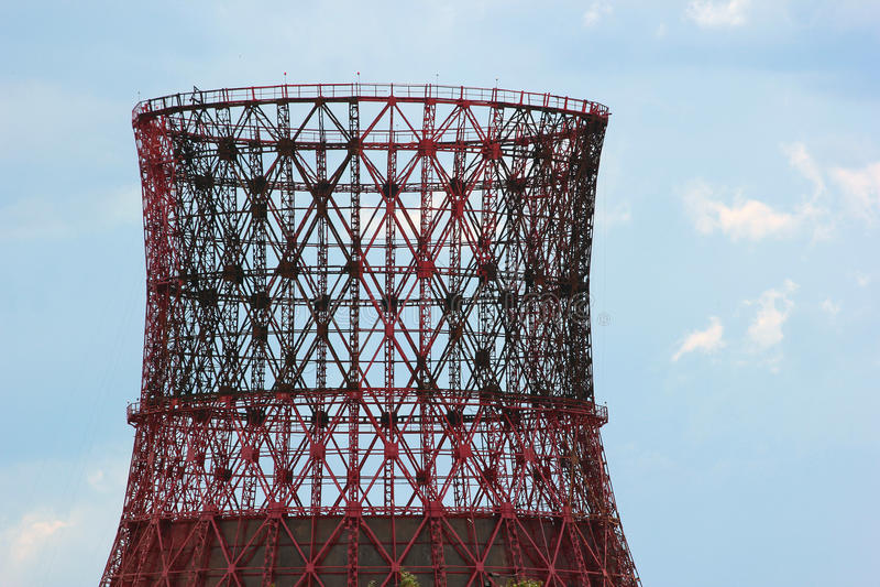 Silhueta da torre refrigerando do central elétrica da construção contra a SK azul foto de stock royalty free