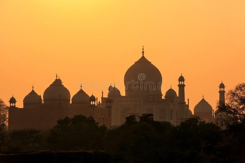 Silhueta das abóbadas e minaretes de Taj Mahal no por do sol, Agra, Uttar Pradesh, Índia fotografia de stock