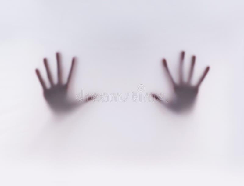 Silhueta das mãos em um fundo enevoado foto de stock royalty free
