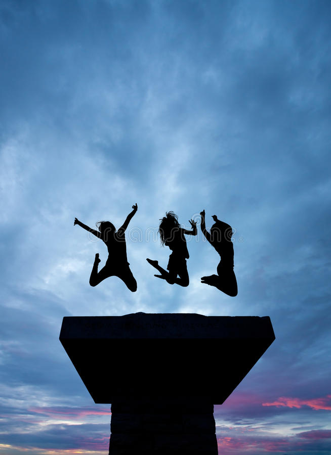 Silhueta das meninas que saltam na torre foto de stock royalty free