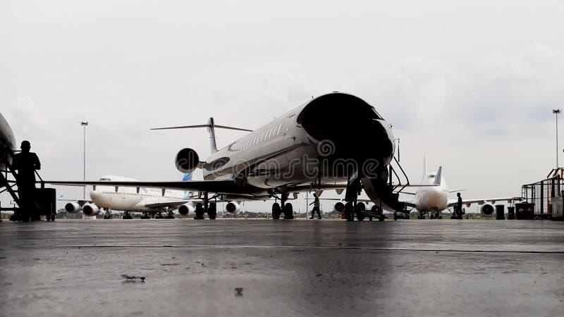 Silhueta de aviões do bombardeiro CRJ-1000 no hangar na parte anterior imagem de stock