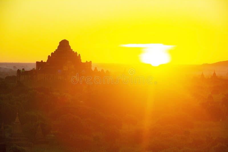Silhueta de balões de ar quente sobre os templos de Bagan Fundo alaranjado do céu do por do sol imagem de stock