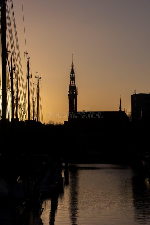 Silhueta de barcos de navigação e a catedral de Jozef em Groningen imagens de stock royalty free
