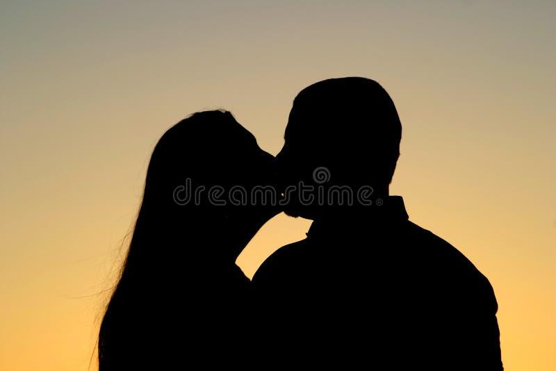 Silhueta de beijo dos pares imagens de stock