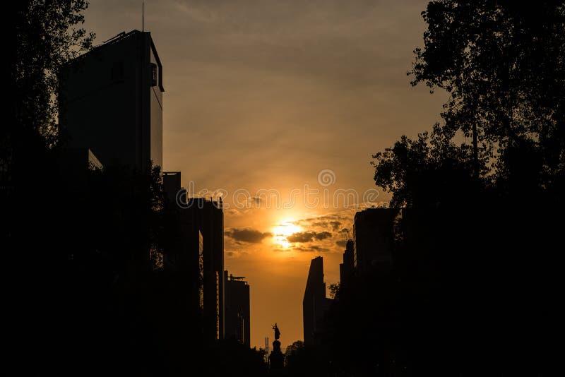 Silhueta de Cidade do México contra um céu alaranjado fotografia de stock