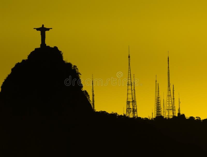 Silhueta de Cristo o redentor Corcovado com as torres da tevê tomadas de Sugar Loaf, Rio de janeiro, Brasil imagem de stock