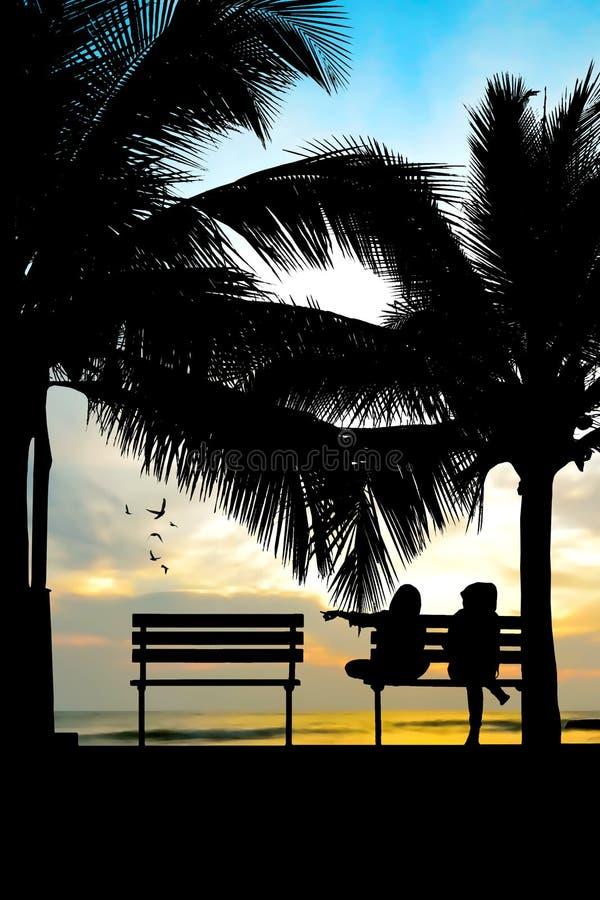 Silhueta de dois amigos que sentam-se no banco de madeira perto da praia imagens de stock royalty free