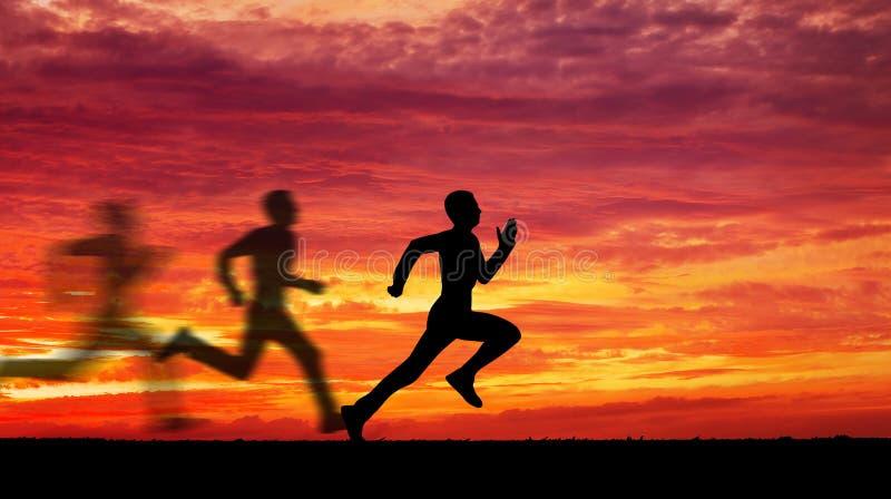 Silhueta de homem running contra o céu colorido imagens de stock royalty free