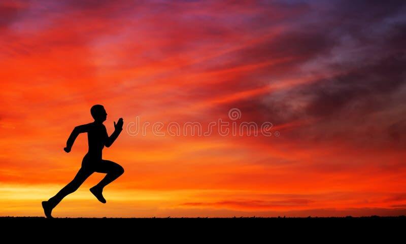 Silhueta de homem running contra o céu colorido fotos de stock royalty free