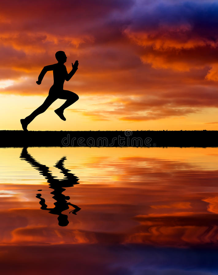 Silhueta de homem running no fundo impetuoso do por do sol. imagem de stock royalty free
