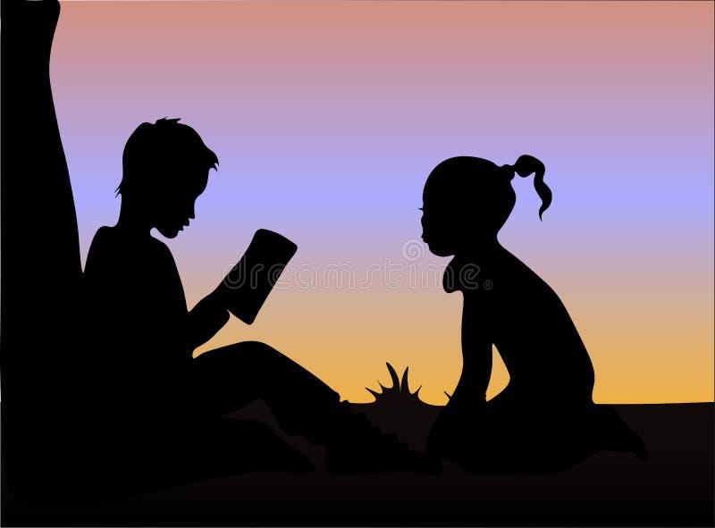 Silhueta de livros de leitura do menino e da menina sob a árvore no por do sol imagens de stock