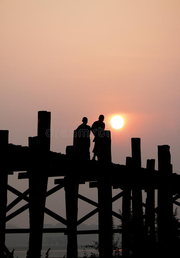 Silhueta de monges budistas, Amarapura, Myanmar foto de stock