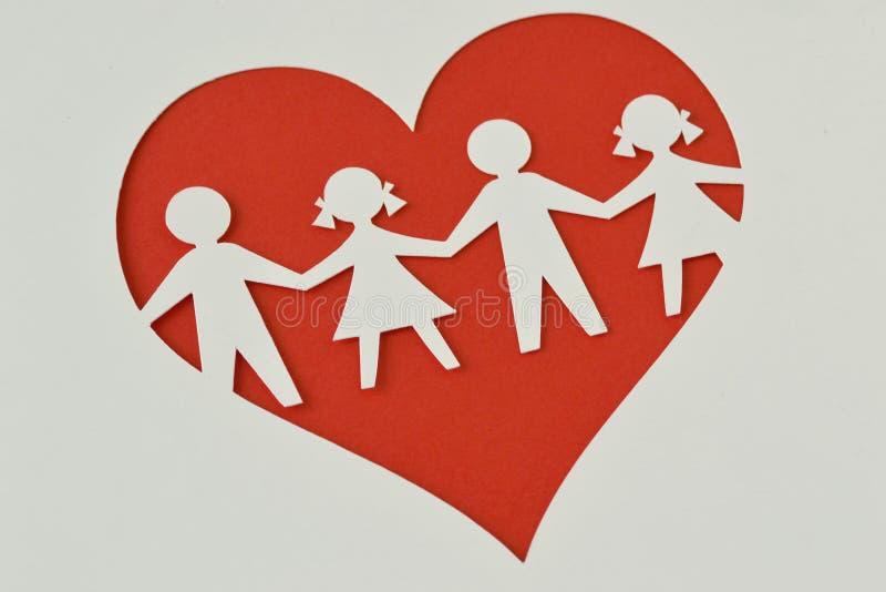 Silhueta de papel das crianças em um coração - proteção da criança e l imagens de stock royalty free