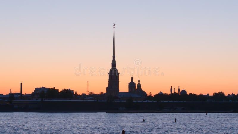 Silhueta de Peter e de Paul Fortress no céu do por do sol - St Petersburg, Rússia foto de stock royalty free