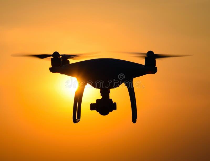 Silhueta de Quadrocopters na perspectiva do por do sol imagem de stock royalty free