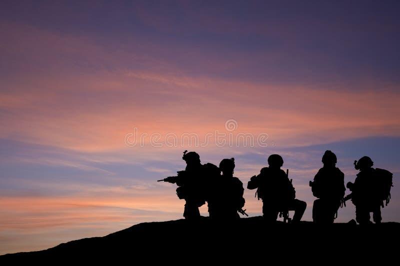 Silhueta de tropas modernas em Médio Oriente fotografia de stock royalty free