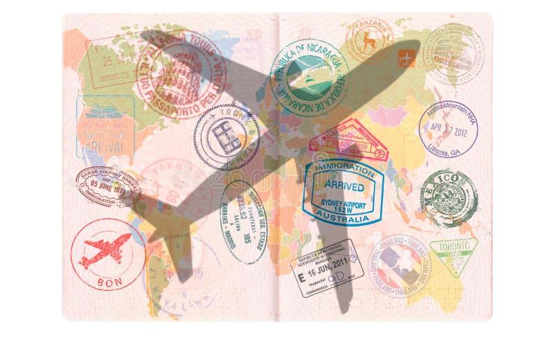 Silhueta de um avião comercial no passaporte Mapa do mundo, conceito do curso imagem de stock