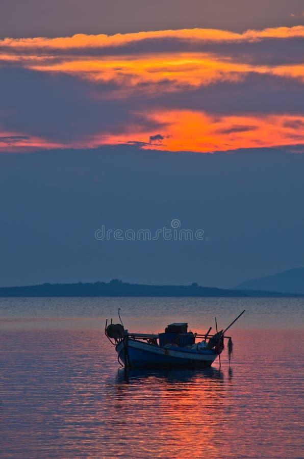 Silhueta de um barco de pesca no por do sol foto de stock royalty free