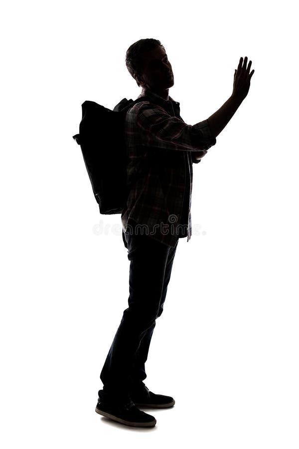 Silhueta de um caminhante ou de um guia tur?stica masculino que apontam em algo fotografia de stock