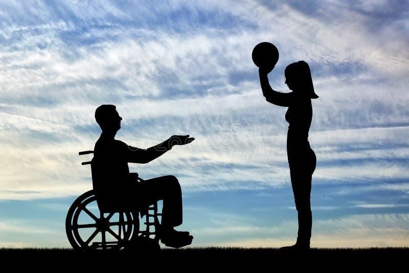 Silhueta de um homem dos enfermos em uma cadeira de rodas e em sua esposa que jogam a bola junto fotos de stock royalty free