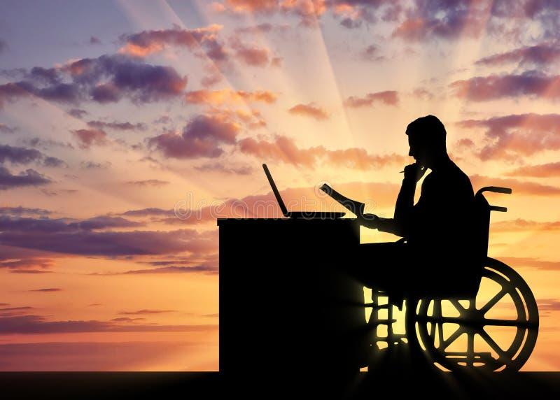 Silhueta de um homem que um homem de negócios desabilitou em uma cadeira de rodas que se senta em uma tabela foto de stock