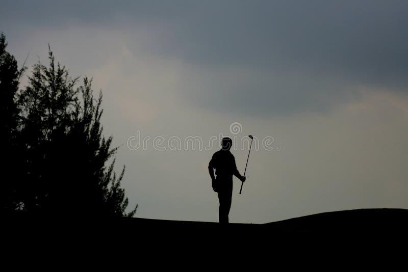 Silhueta de um jogador de golfe fotografia de stock