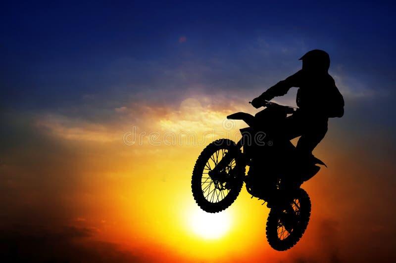Silhueta de um motociclista fotografia de stock
