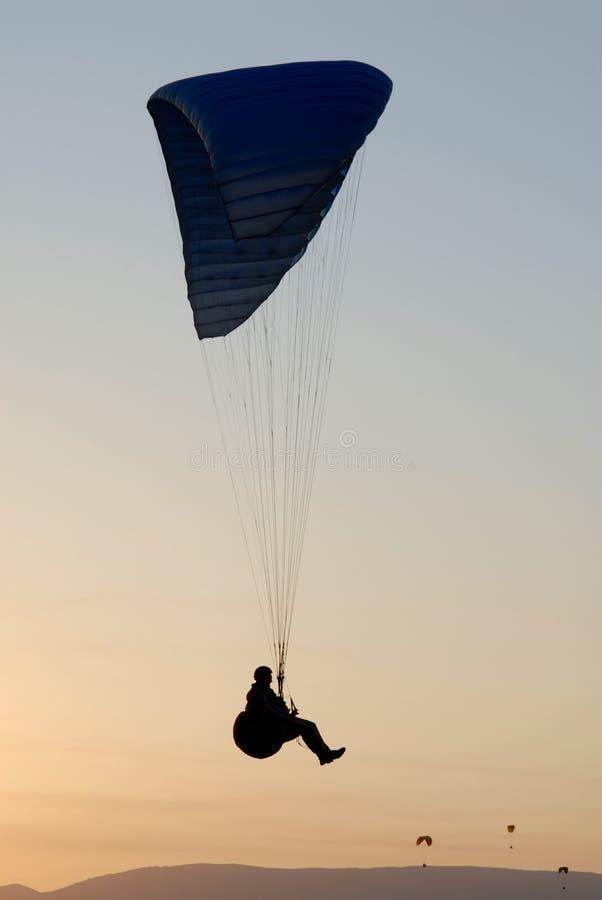 Silhueta de um paraglider fotos de stock royalty free
