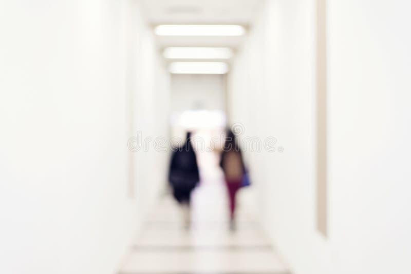 Silhueta de um pessoa que anda em um túnel para iluminar-se imagem de stock royalty free