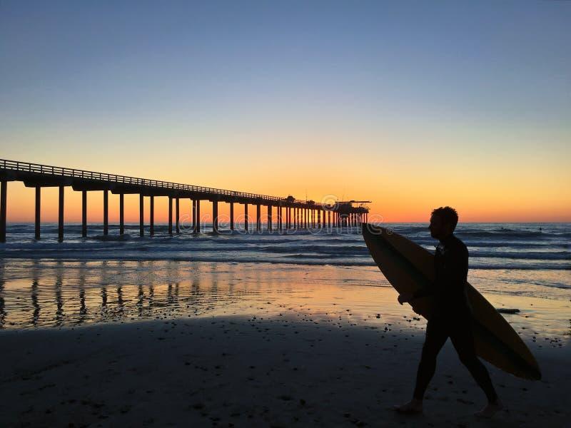Silhueta de um surfista no cais de Scripps em La Jolla, Califórnia foto de stock