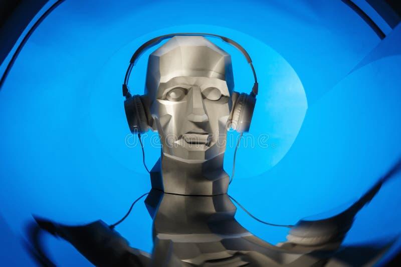Silhueta de uma cabeça digital do cyber no fones de ouvido como um DJ ilustração royalty free