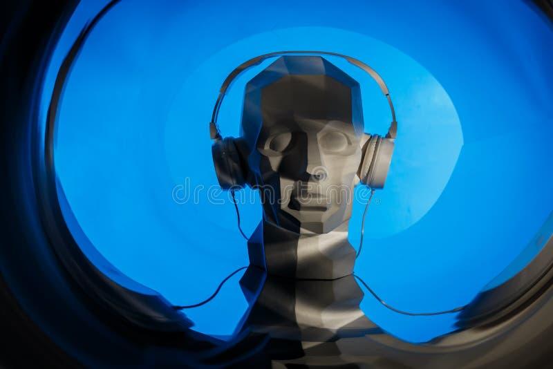 Silhueta de uma cabeça digital do cyber no fones de ouvido como um DJ ilustração do vetor