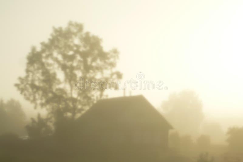 Silhueta de uma casa da vila na névoa imagens de stock royalty free