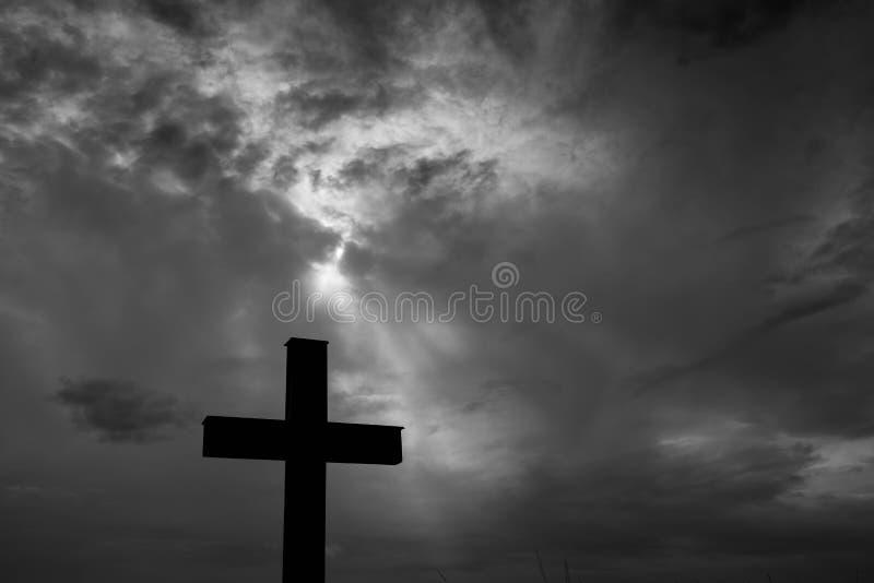 Silhueta de uma cruz católica simples, stormclouds dramáticos após a chuva pesada foto de stock royalty free