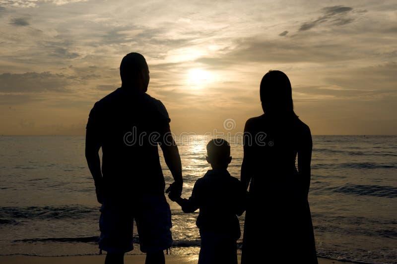 Silhueta de uma família fotografia de stock royalty free