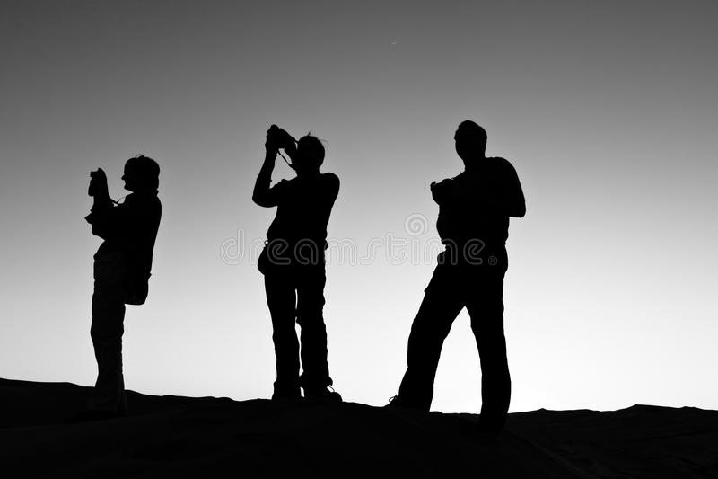 Silhueta de uma fotografia de três povos fotos de stock