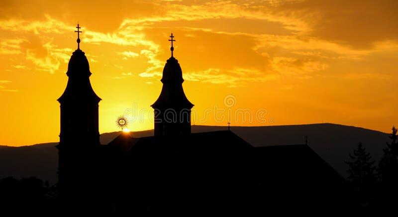 Silhueta de uma igreja Católica no por do sol fotos de stock