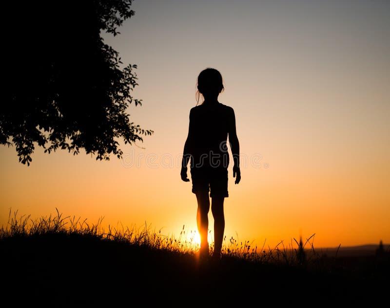 Silhueta de uma menina adolescente foto de stock royalty free