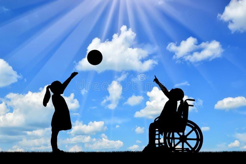 Silhueta de uma menina da criança deficiente em uma cadeira de rodas e da menina saudável que joga em uma bola fora fotografia de stock