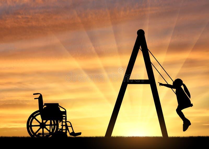 Silhueta de uma menina deficiente da crian?a em um balan?o ao lado de uma cadeira de rodas em um fundo do por do sol imagem de stock