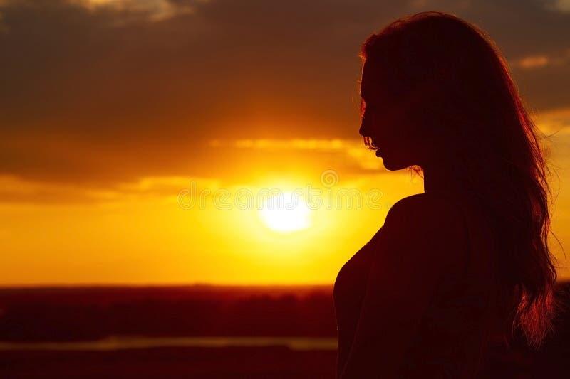 Silhueta De Uma Menina Bonita No Por Do Sol Perfil Da Cara