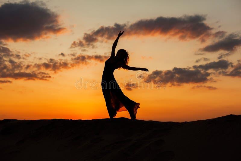 Silhueta de uma mulher da dança imagens de stock