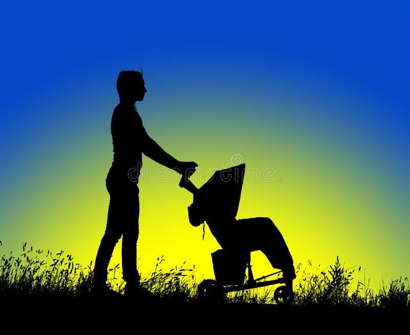 Silhueta de uma mulher que anda com um carrinho de criança de bebê no por do sol imagem de stock