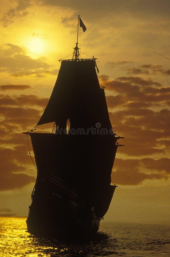 Silhueta de uma réplica do Mayflower no por do sol, Plymouth, Massachusetts imagem de stock
