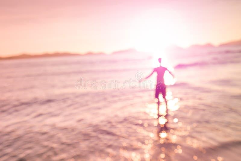 Silhueta defocused borrada do homem que está na praia imagens de stock royalty free