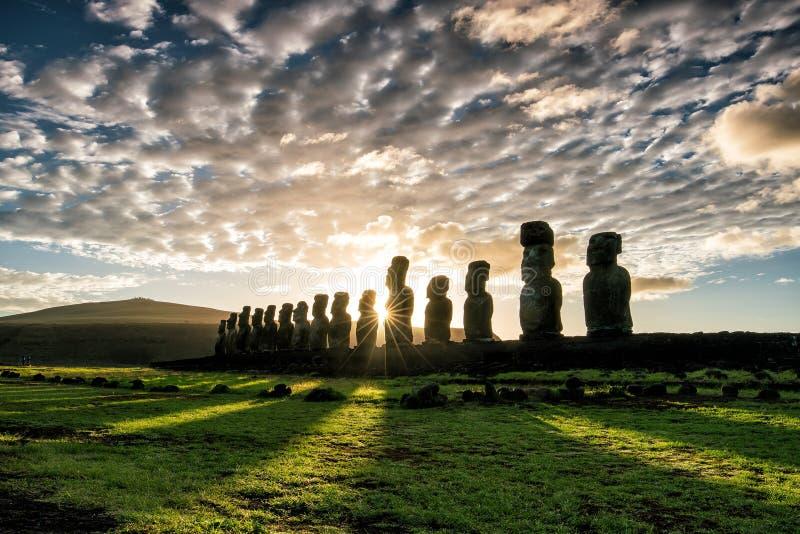 Silhueta disparada de estátuas de Moai na Ilha de Páscoa fotos de stock royalty free