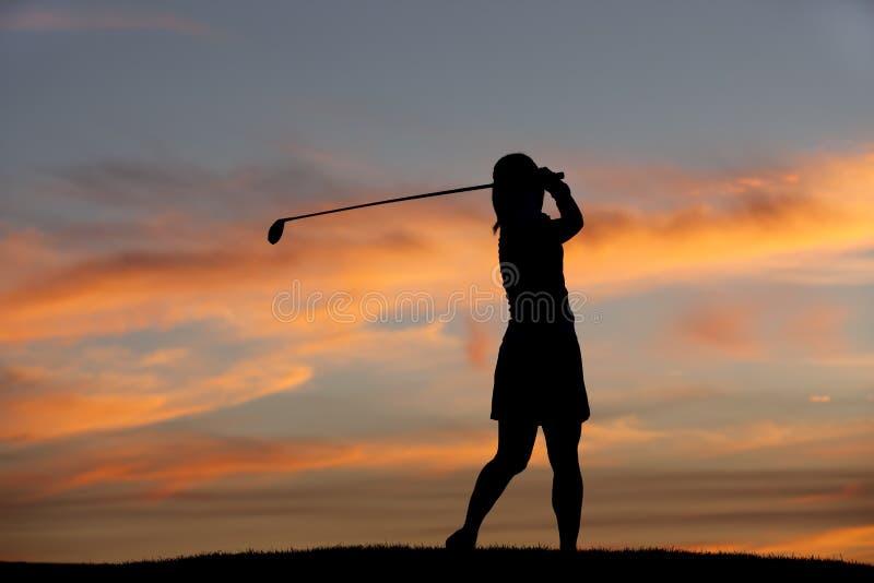 Silhueta do balanço do jogador de golfe. fotografia de stock
