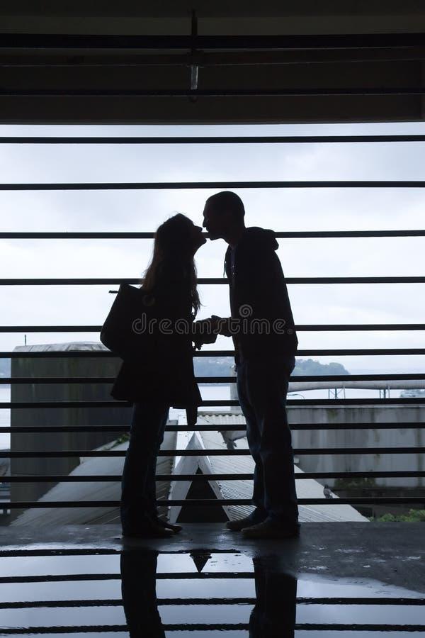 Silhueta do beijo novo dos pares imagens de stock royalty free